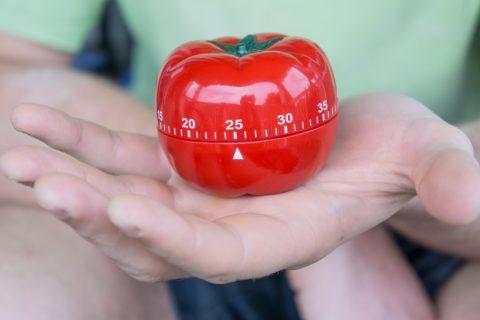 Pomodoro significa tomate en italiano y la técnica recibe este nombre porque Frances Cirillo, el creador de la misma en los años 80, utilizaba un temporizador de cocina en forma de tomate.